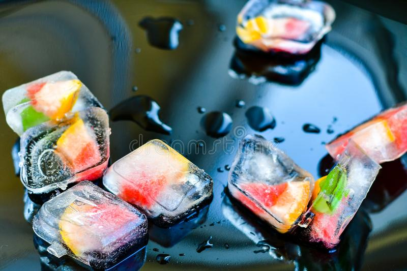 Owoc w kostkach lodu obrazy royalty free