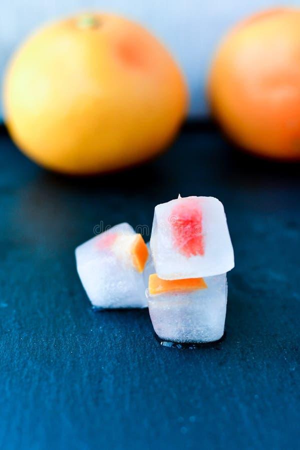 Owoc w kostkach lodu zdjęcie stock