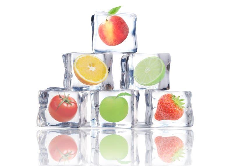Owoc w kostkach lodu zdjęcie royalty free