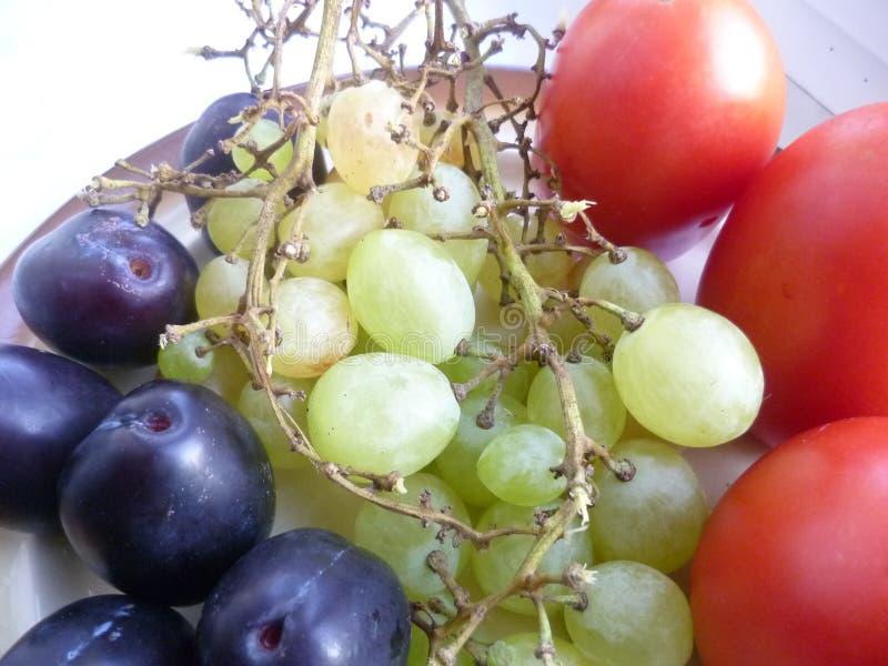Owoc, winogrona i śliwki, fotografia stock