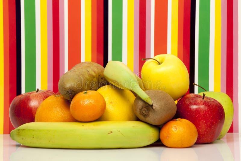 owoce Apple, bonkreta, pomarańcze, grapefruitowa, mandarynka, kiwi, banan Koloru tło zdjęcia stock