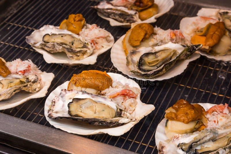 Owoce morza grill - uliczny jedzenie w Tsukiji rybim rynku, Tokio, Japonia zdjęcie stock