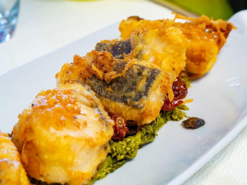 Owoce morza naczynie z crispy smażącym dorszem obraz stock