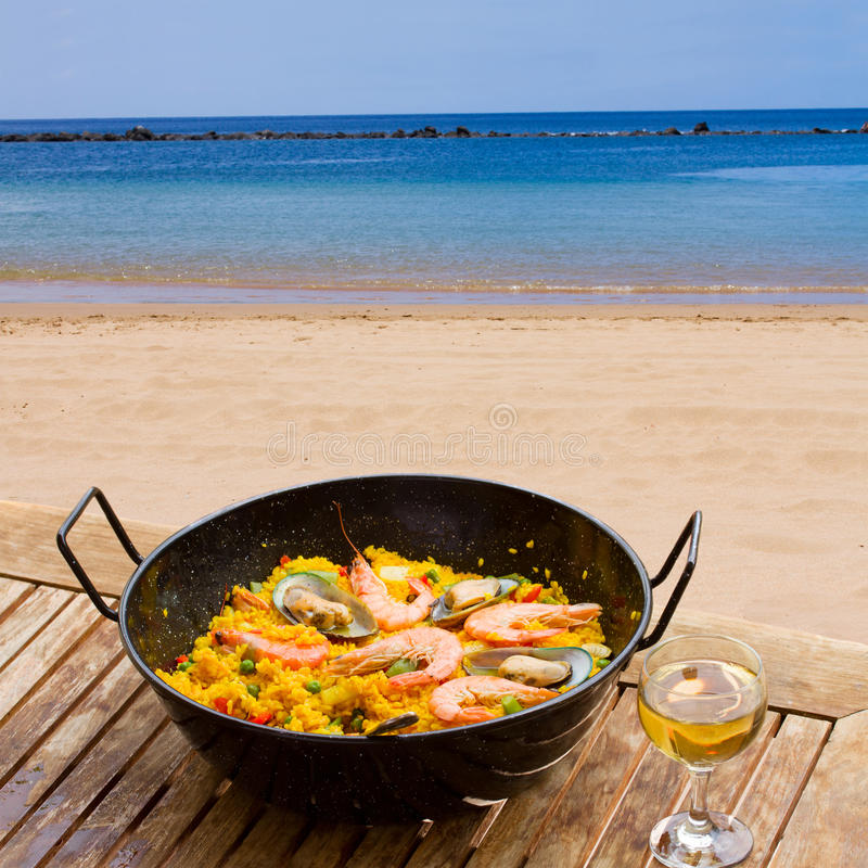 Owoce morza paella w nadmorski kawiarni zdjęcia royalty free
