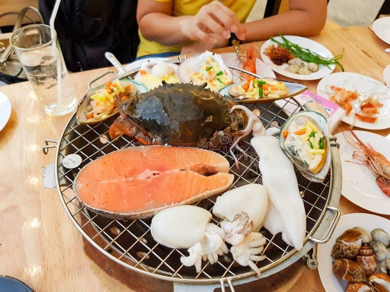 owoce morza piec na grillu na gorącej węgiel drzewny kuchence fotografia stock