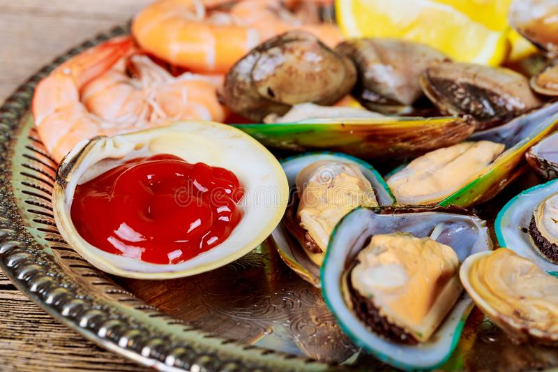 Owoce morza przygotowywający jeść Owoce morza wybór gotujący mussels i krewetkowa cytryna fotografia royalty free