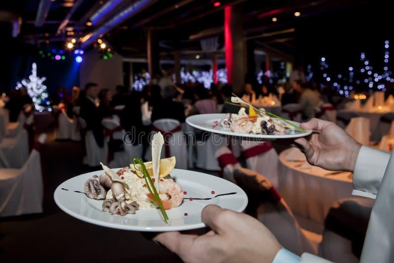 Owoce morza sałatka w kelnerek rękach fotografia royalty free