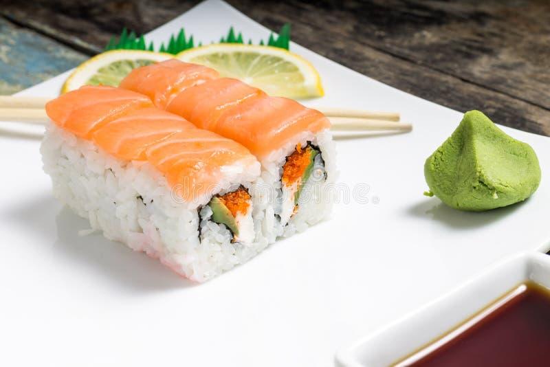 Owoce morza suszi rolki w talerzu z chopsticks i japońskimi pikantność obrazy royalty free