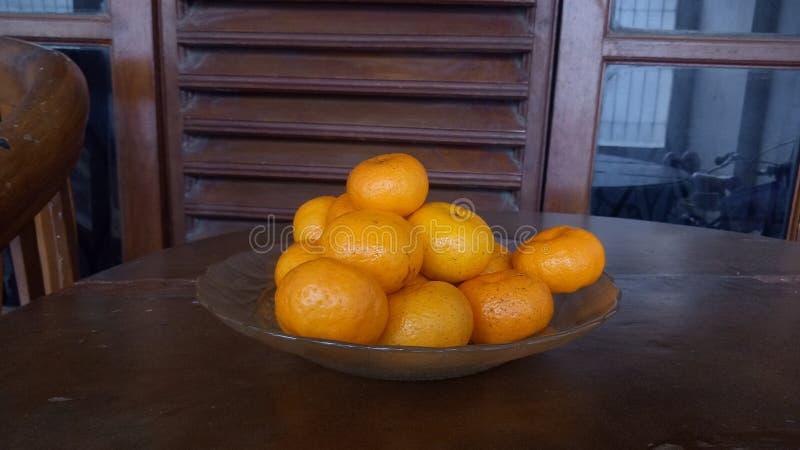 Owoce pomarańczowe na stole obrazy royalty free
