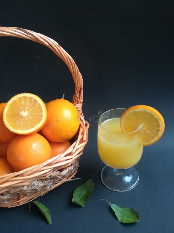Owoce pomarańczowe, owoce zimowe, zdjęcie na farmie w południe, plasterki pomarańczowe, czarne tło zdjęcia royalty free