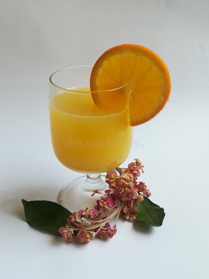 Owoce pomarańczowe, owoce zimowe, zdjęcie na farmie w południe, plasterki pomarańczowe, zdjęcie stock