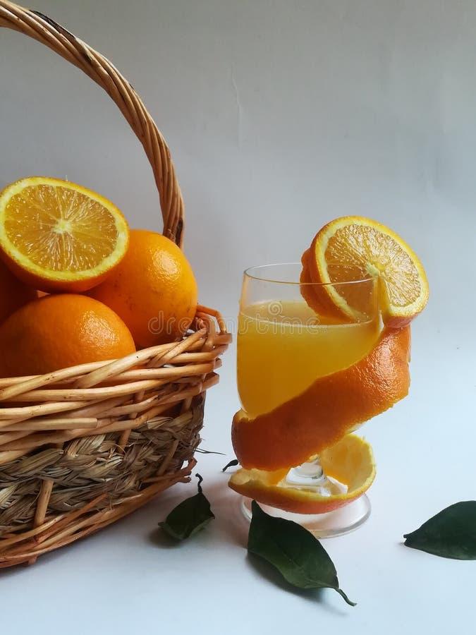 Owoce pomarańczowe, owoce zimowe, zdjęcie na farmie w południe, zdjęcie stock