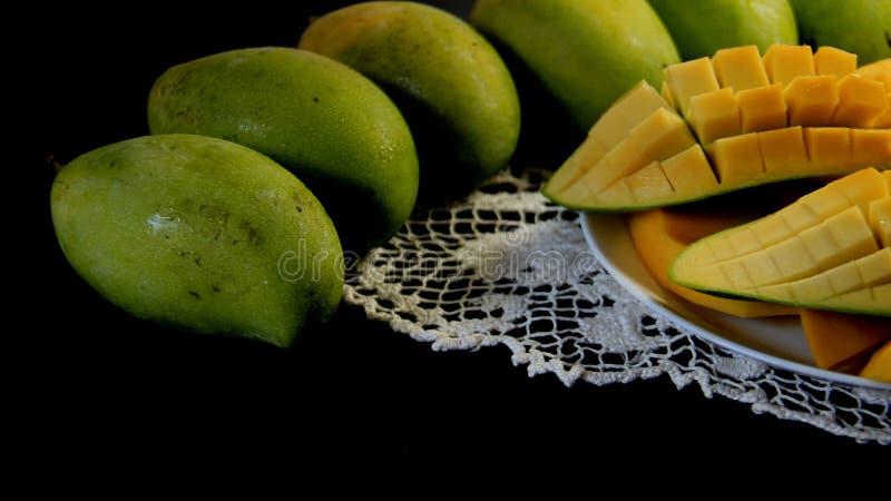 owoce Zielony I Dojrza?y Mongo Z Czarnym t?em zdjęcia stock