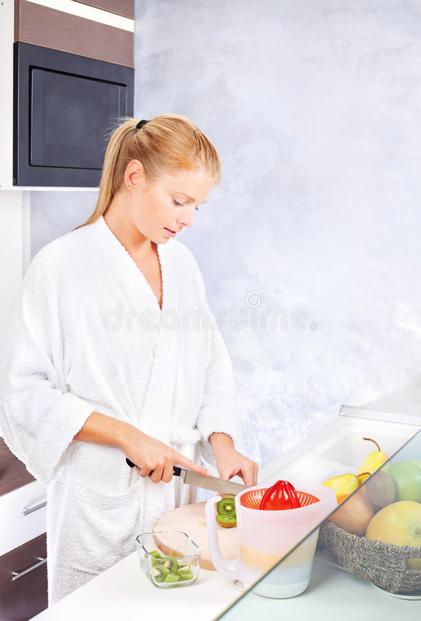 owocowa kuchenna robi sałatkowa kobieta obrazy stock