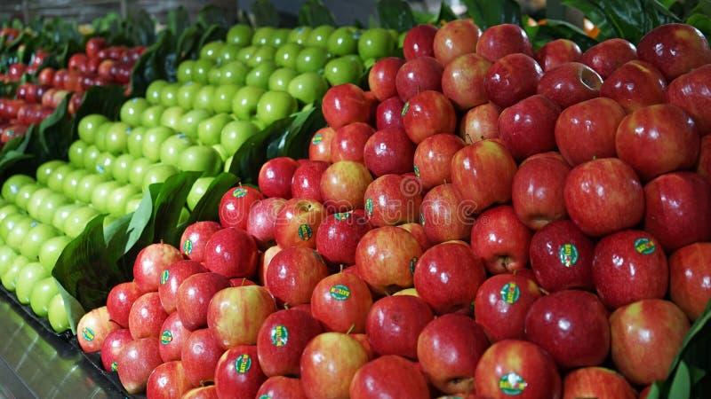 Owocowa nawa z stosami czerwieni i zieleni jabłka w Australijskim supermarkecie obrazy royalty free