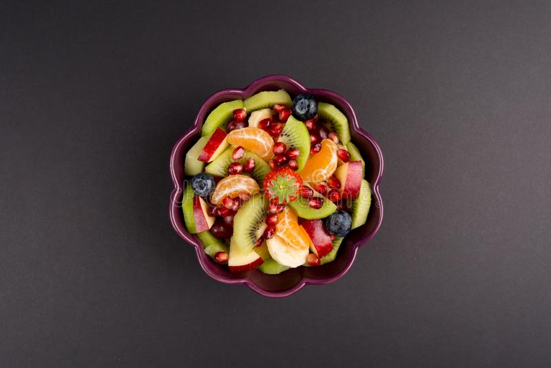 Owocowa sałatka w purpurach Rzuca kulą na czerń stole, Odgórny widok centrowany fotografia stock