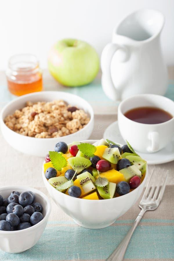Owocowa sałatka z mangową kiwi czarną jagodą dla śniadania fotografia royalty free