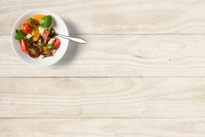 Owocowa sa?atka na drewnianym stole zdjęcia stock