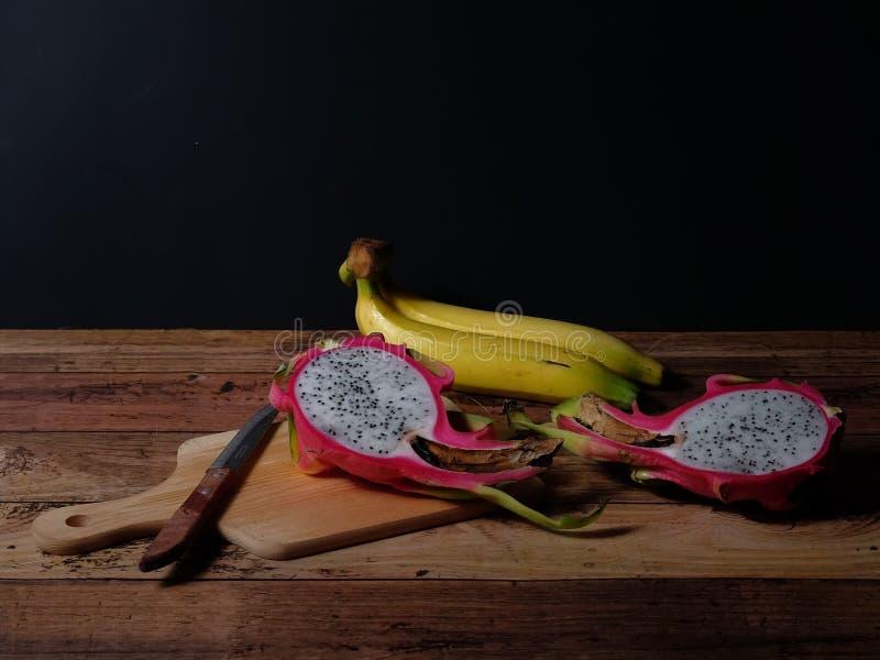 Owocowa scena smoka banan na drewnianym stole w ciemnym tle i owoc obrazy royalty free