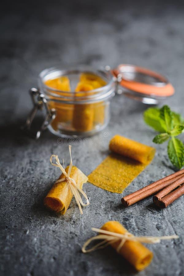 Owocowa skóra robić mango i cynamon zdjęcia stock