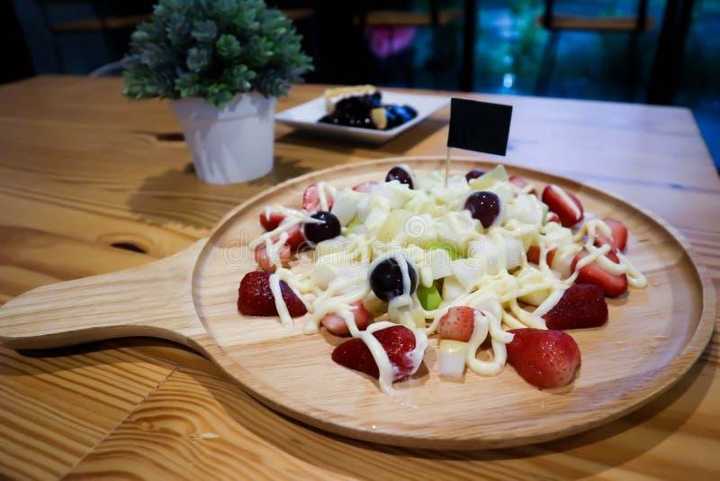 Owocowej sałatki i czarnej jagody cheesecake fotografia royalty free