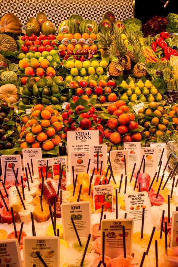 Owocowi i owocowi koktajle na rynku obraz royalty free
