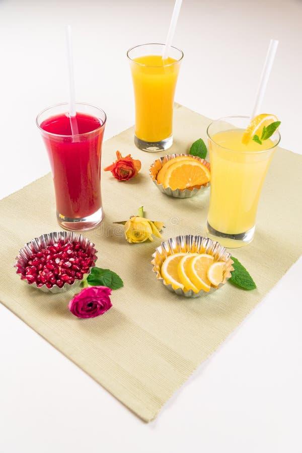 Owocowi soki z Świeżymi owoc obrazy stock