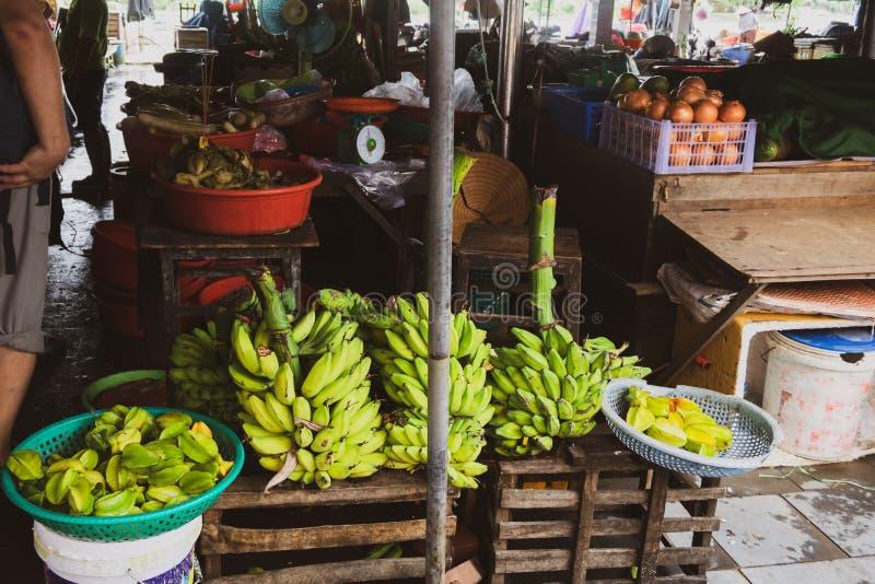 Owocowi uliczni rynki w Vietnam, południowo-wschodni Asia Uliczna owoc i dokrętki sprzedaż w rynkach turystyczni miasta Wietnam,  zdjęcie stock