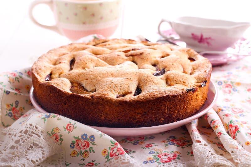 Owocowy gąbka tort na talerzu zdjęcia stock