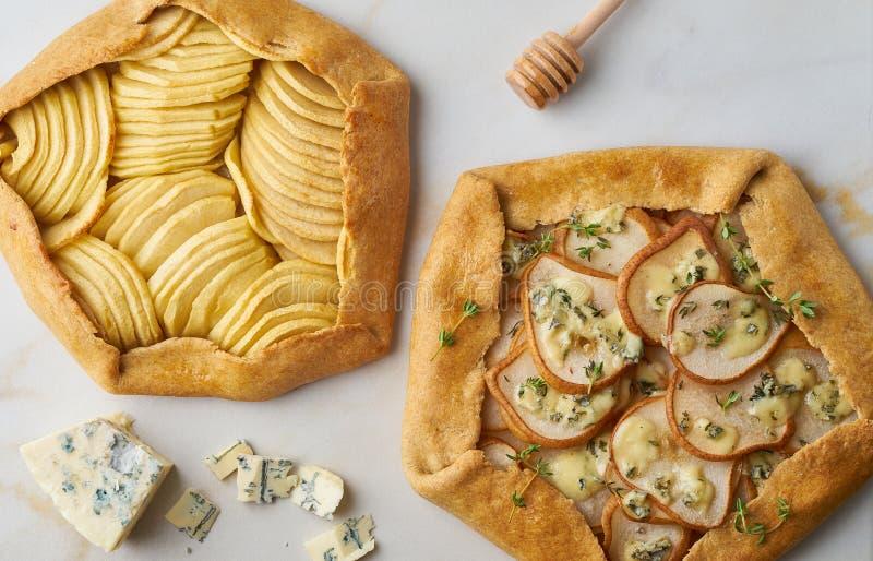 Owocowy galette, jabłczany kulebiak z miodem, cząber bonkreta i sera kulebiak, marmuru stół, odgórny widok, zakończenie w górę zdjęcie stock