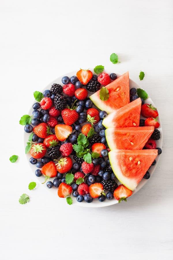 Owocowy i jagodowy p??misek nad bielem czarna jagoda, truskawka, malinka, czernica, arbuz obraz royalty free