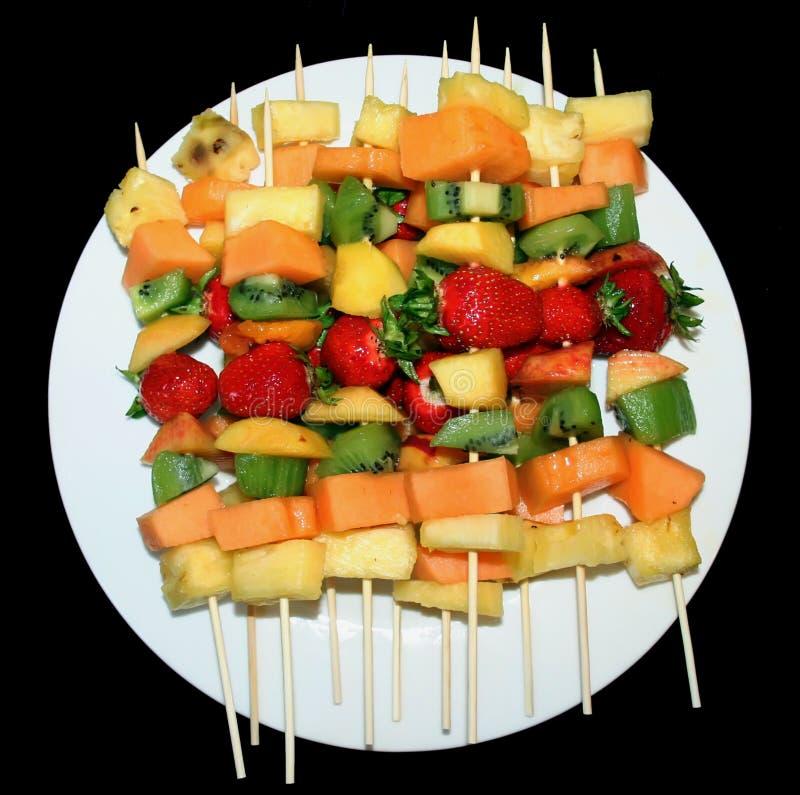 owocowy kebabs talerza biel obrazy stock