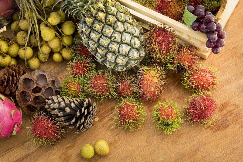 Download Owocowy kosz obraz stock. Obraz złożonej z owoc, dojrzały - 57662319