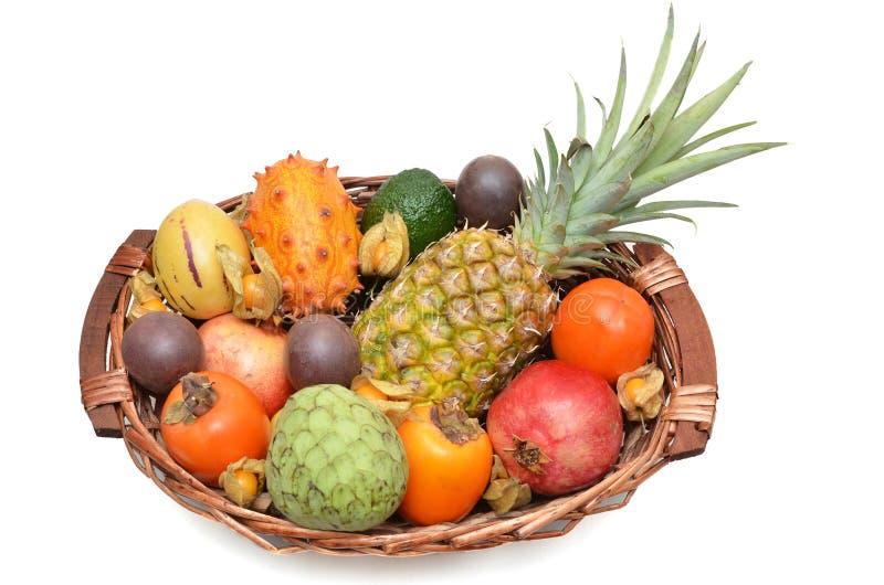 Owocowy kosz, mieszane owoc fotografia stock