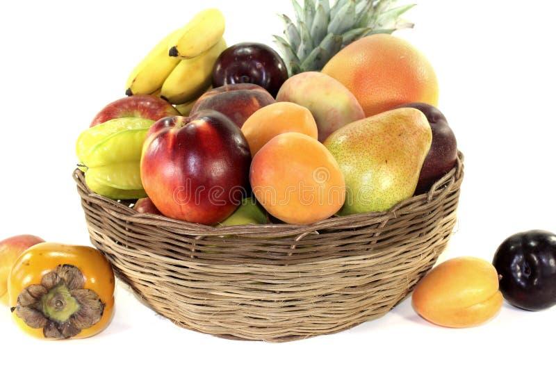 Owocowy kosz z różnorodnymi kolorowymi owoc obraz stock