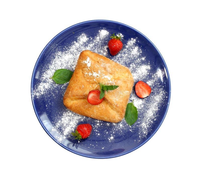 Owocowy kulebiak na błękita talerzu odizolowywającym na bielu obrazy royalty free