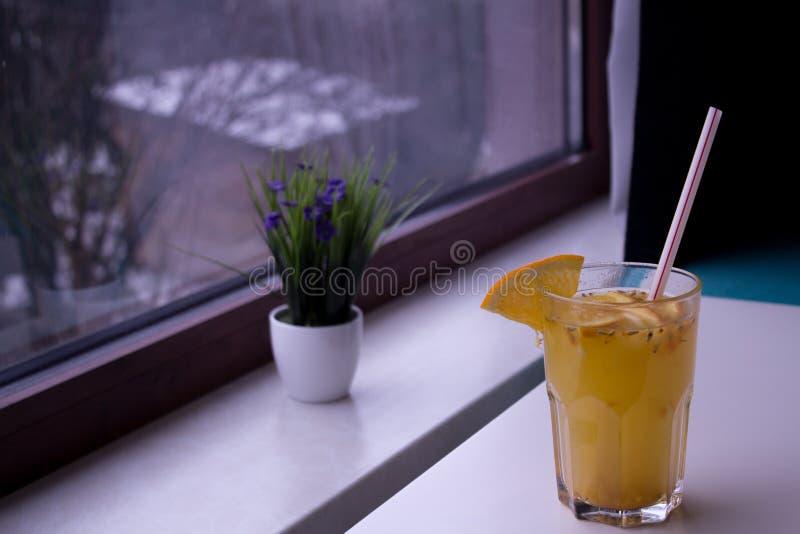 Owocowy napój na stole zdjęcie stock