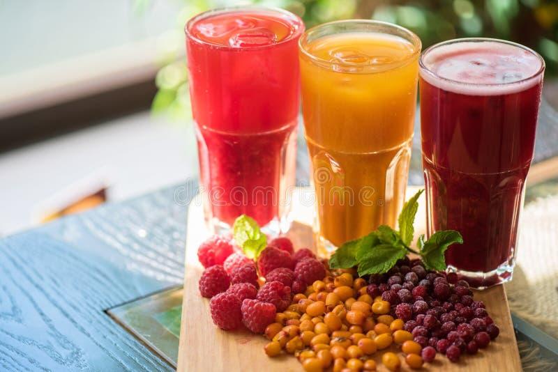 Owocowy napój z cranberries malinkami i dennym buckthorn fotografia royalty free