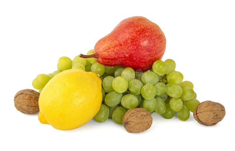 Owocowy półmisek dojrzała żółta cytryna, zieleni winogrona, orzechy włoscy i czerwona fragrant bonkrety cytryna odizolowywający n fotografia stock