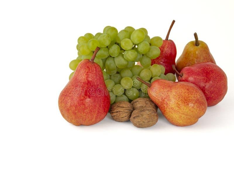 Owocowy półmisek dojrzali zieleni orzechów włoskich winogrona i czerwone aromatyczne bonkrety odizolowywający na bielu obrazy stock