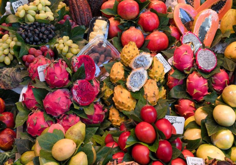Owocowy rynek, świeże tropikalne owoc, pitahaya, karmowy tło zdjęcie stock