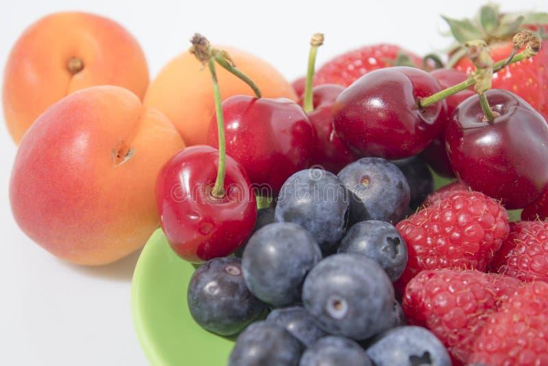 Owocowy skład, czarne jagody, malinki, wiśnie, strawberr zdjęcia royalty free