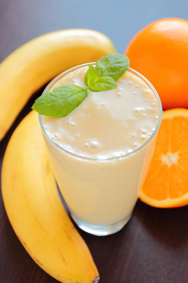 Owocowy smoothie z bananem i pomarańcze fotografia royalty free