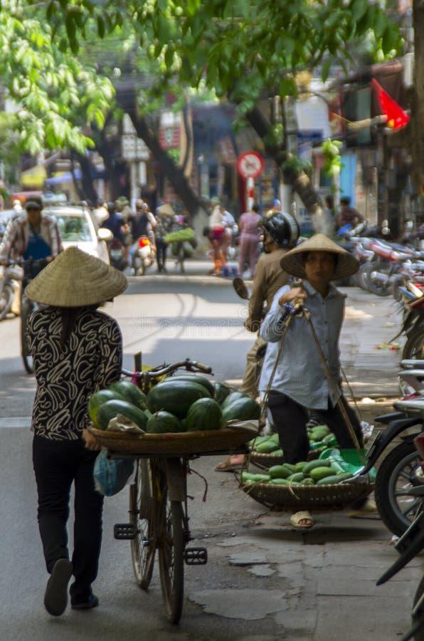 Owocowy sprzedawca w ulicach Hanoi zdjęcia royalty free