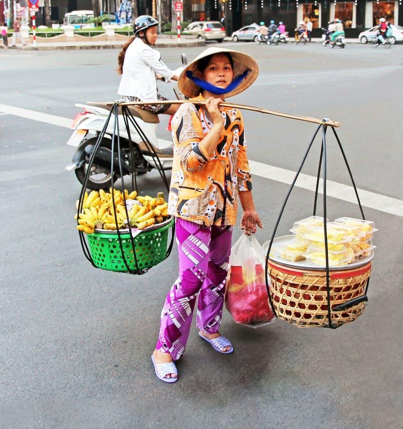 Owocowy sprzedawca W Wietnam obraz royalty free