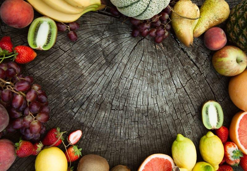owocowy tło pokrojone ananas w pół fotografia stock