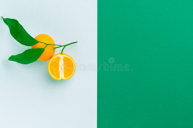 Owocowy układ: żółte pomarańcze z zielonymi liśćmi obrazy royalty free