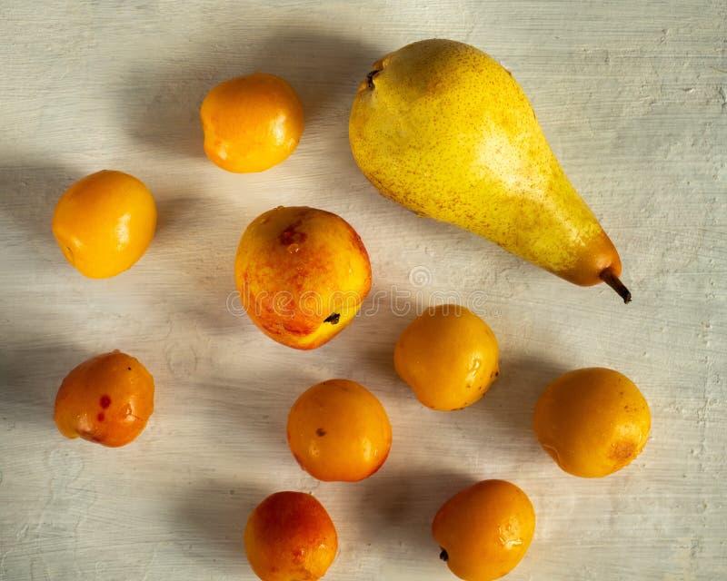 Owocowy ustawiający pomarańczowe dojrzałe bonkrety, morela i nektaryna na, zaświecamy stół obrazy stock