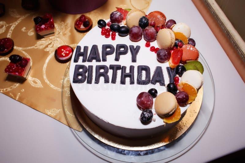 Owocowy wyśmienicie tort dla urodziny obraz stock