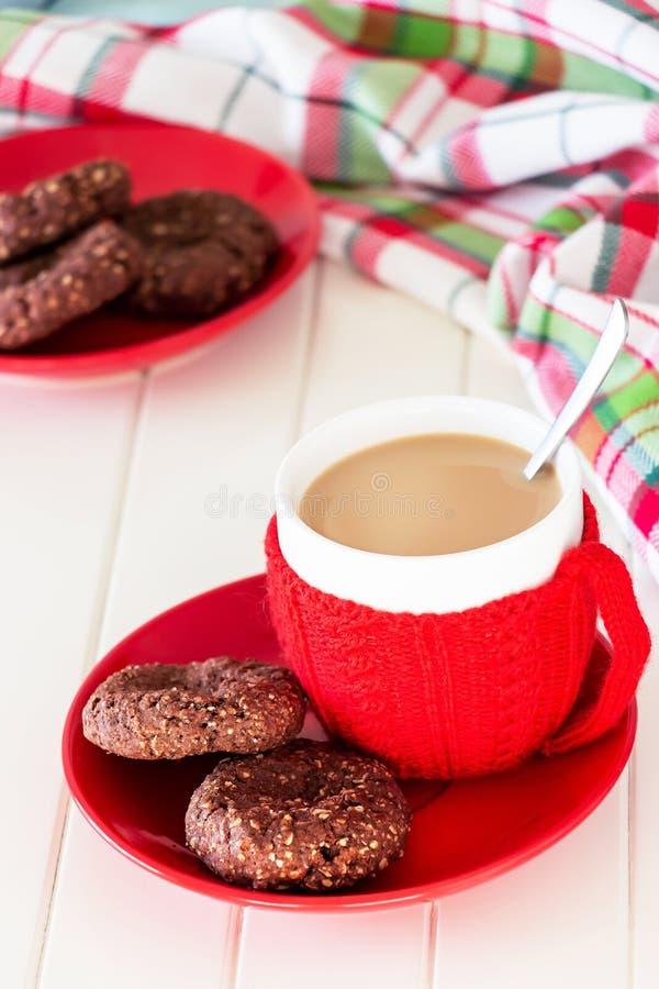 Owsów ciastka z czekolady rozszerzaniem się i filiżanki kawą Bożenarodzeniowy pojęcie zdjęcie royalty free